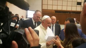 Entregando carta_Papa Francisco